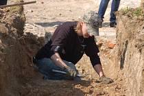 Přerovští archeologové hledají poblíž místa, kde byly nedávno objeveny základy kostela sv. Marka, školu Jednoty bratrské. První sondy sice přinesly zklamání, ale při výkopech byla odkryta část zpevněného chodníku z poloviny 16. století