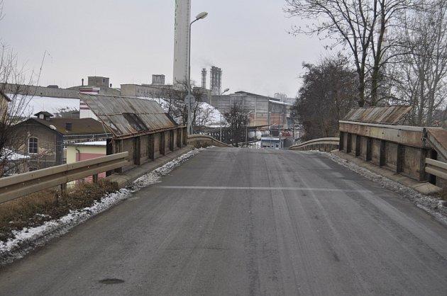 Mosty v Dluhonské ulici v Přerově jsou ve zchátralém stavu a trpí korozí.