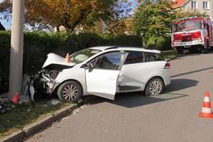 Nehoda řidičky renaultu v Radotíně