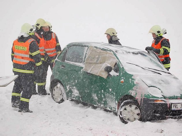 Nehoda daewoo u Henčlova, ve sněhu uvízl i vůz odtahovky