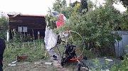 Paraglidista se zřítil do zahrádek v Lipníku nad Bečvou