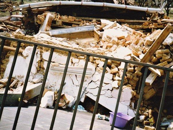 Fotografie trosek původního domu rodiny Netopilových sobchodem. Na obrázku je vidět iveranda, na které vnoci ze 7.na 8.července 1997rodina přečkala dlouhé hodiny.