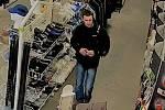 Přerovští policisté hledají svědka krádeže, ke které došlo 28. února v prodejně pracovních pomůcek v Tovární ulici v Přerově.