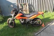 Sedmnáctiletý mladík nezvládl v Kozlovské ulici v Přerově jízdu na motorce a havaroval.