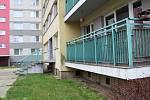 Nepořádek u popelnic, ale i nezvané návštěvy na balkoně v přízemním bytě - taková je realita obyvatel panelového domu v ulici Velká Dlážka v Přerově. Kvůli problémům s nepřizpůsobivými teď sepsali petici