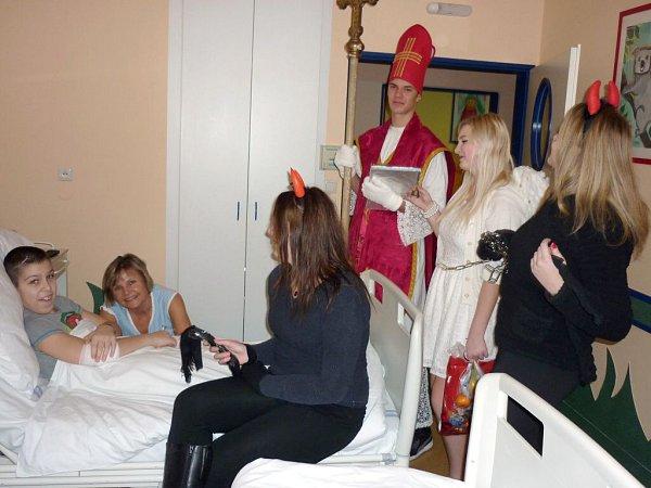 Návštěva Mikuláše umalých pacientů vpřerovské nemocnici