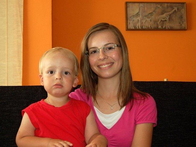 """Dva """"plaváčci"""" z Troubek - Lucie Netopilová, které bylo letos patnáct let, na snímku se svým mladším bratrem Přemyslem"""