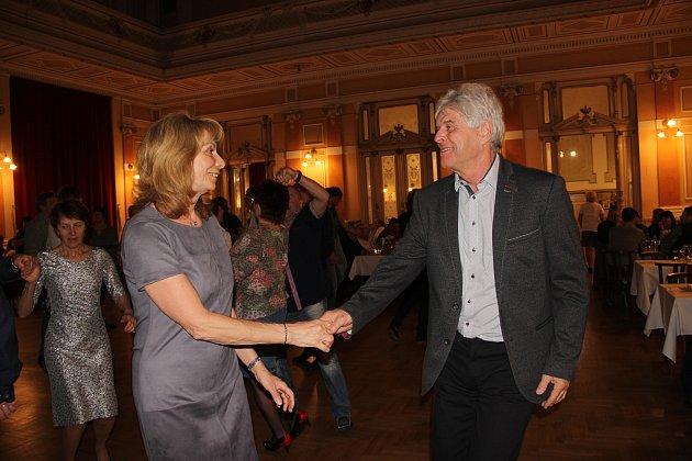 Tečkou za letošní plesovou sezonou byl tradiční Korunový džínový bál, který v sobotu večer roztančil návštěvníky Městského domu v Přerově.