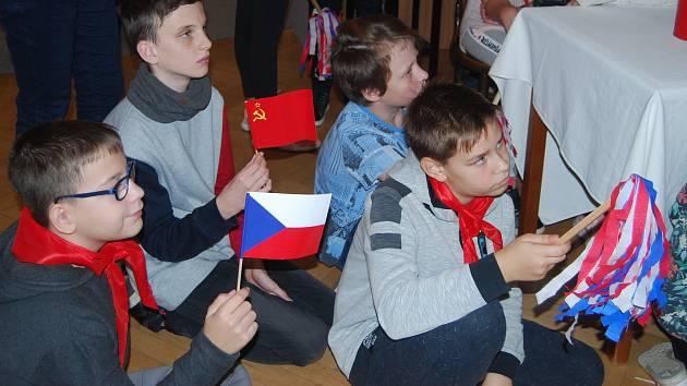 Edukační program Pod rudou hvězdou, který připravilo Muzeum Komenského v Přerově pro žáky základních a středních škol k výstavě Stoletá republika, se těší velkému zájmu.