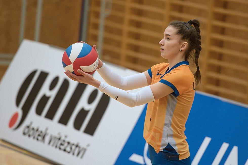 Volejbalistky Šternberku (v oranžovém) doma nestačily na Přerov. Nikola Látalová