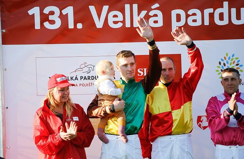 Vítěz 131. Velké pardubické Pavel Složil (se synem)