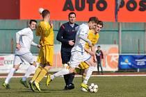 V prvním soutěžním zápase jara si Přerovští fotbalisté (v bílém) poradili s Velkými Karlovicemi 2:0.