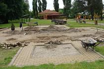 Následky povodní jsou dodnes vidět v přerovském parku Michalov. Pod vodou se ocitlo okrasné jezírko, které se začalo v parku stavět loni a zničené je i dětské pískoviště