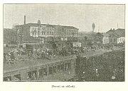 Snímek zachycuje dění na nádraží
