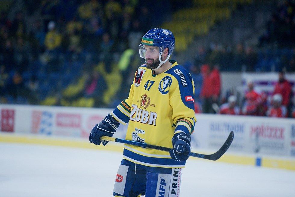 Hokejisté Přerova (ve žlutém) proti Porubě. Jiří Goiš