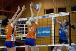 Volejbalistky Přerova (v modrém) proti TJ Sokol Šternberk