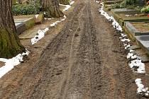 Lidé si stěžují na neupravené cesty na městském hřbitově v Přerově. Suchou nohou se prý k hrobům nedostanou.