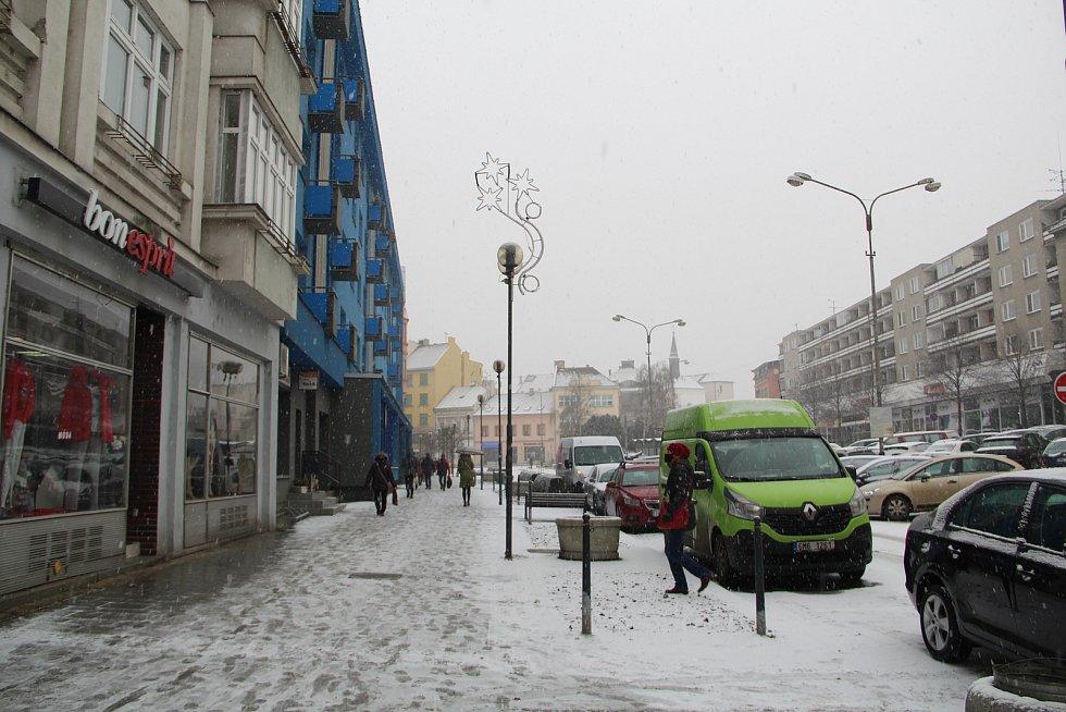 Spolu s rozvolněním vládních opatření se ve čtvrtek ráno zasypal Přerovsko letošní první sníh. Do adventní atmosféry se zahalilo i Masarykovo náměstí v Přerově, kde se otevřely vánoční trhy a lidé si mohli dát konečně u stánků oblíbený punč.