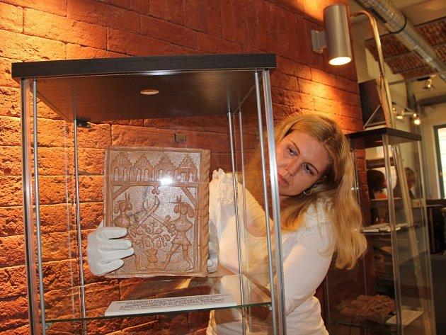 Přerované měli ve čtvrtek vůbec první příležitost spatřit vzácné archeologické nálezy z lokality Na Marku v Přerově (Na snímku je vedoucí Galerie města Lada Galová během instalace výstavy).