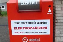 Červený kontejner pro baterie a menší elektrospotřebiče