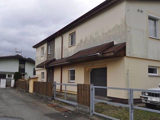 Dům vulici UŽebračky, ve kterém bydlí Pavel Nárožný, vúterý prohledávali policisté.