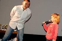 """Přes čtyři sta diváků nalákala do přerovského kina Hvězda hudební soutěž Budeme zpívat s Pavlem Novákem aneb """"Kdo si zpívá, nezlobí"""" v pátek 9. listopadu."""