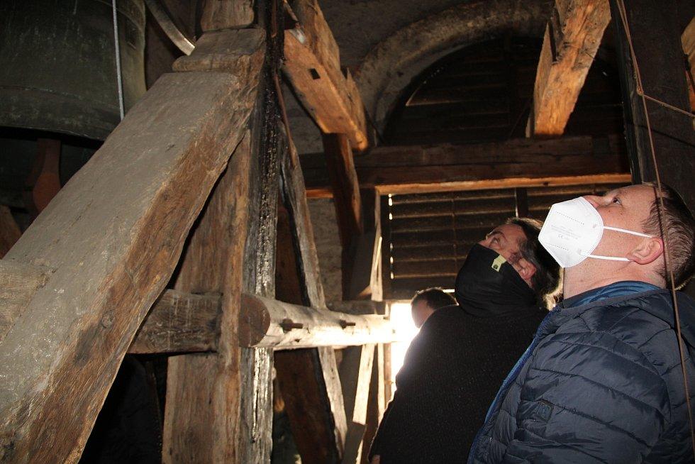 Kontrola stavu zvonu v kostele sv. Vavřince v Přerově