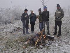 Novoroční výstup na Čekyňský kopec letos lámal rekordy – popřát si do Nového roku přišlo v neděli na Školní kopec přes sedm stovek účastníků.