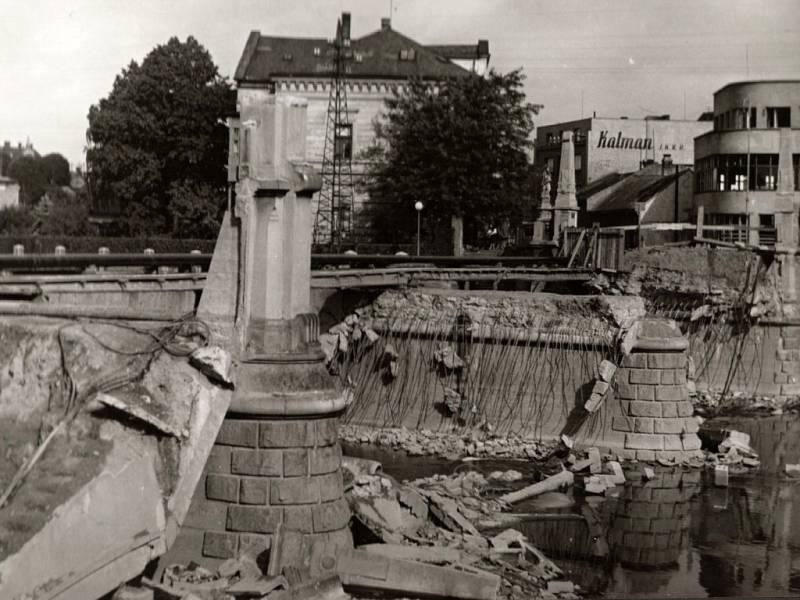 Osvobození Přerova – 8. května 1945. Ještě před koncem války stihli Němci na ústupu vyhodit do povětří všechny přerovské mosty – i Tyršův u sokolovny