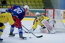 Hokejisté Přerova (ve žlutém) v domácím utkání s Třebíčí.