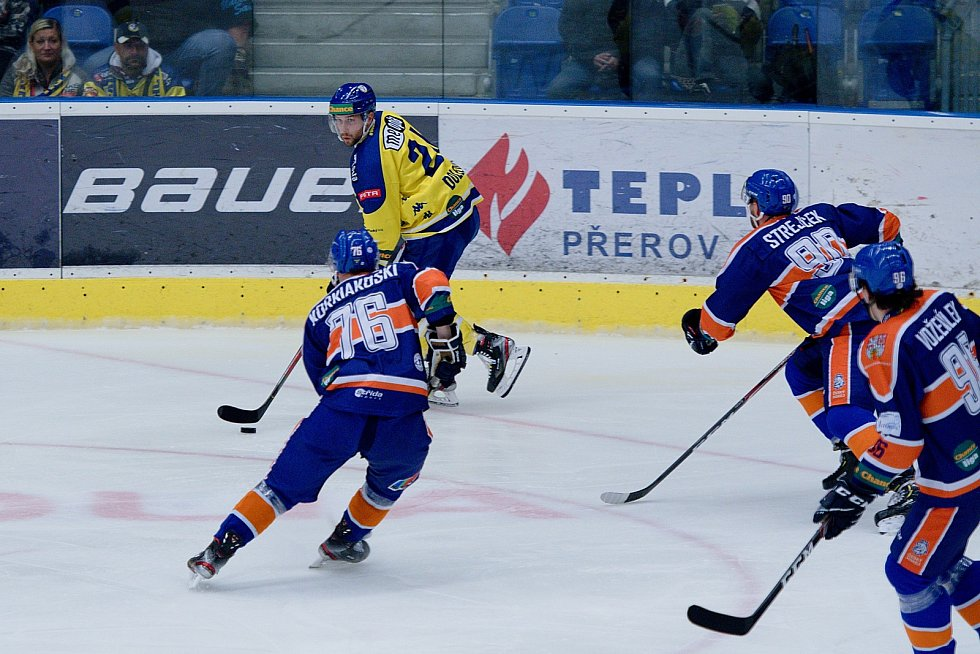 Hokejisté HC Zubr Přerov (ve žlutém) proti Litoměřicím.