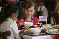 Čtyřchodové menu z norské kuchyně mohly ve středu ochutnat děti na osmi přerovských základních školách. Na Základní škole Trávník uspořádali Norský den s bohatým programem.