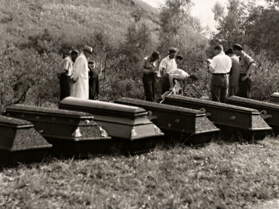 Rakve s oběťmi, připravené k transportu z Olomouce do Přerova 13. 5. 1945