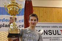 Vítěz turnaje Lukáš Masařík s pohárem.