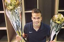 Filip Novák s trofejemi pro vítěze Poháru České Pošty a Superpoháru