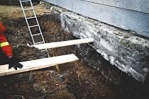 Tragická nehoda v Horní Moštěnici, muže ve výkopu zavalil betonový kvádr