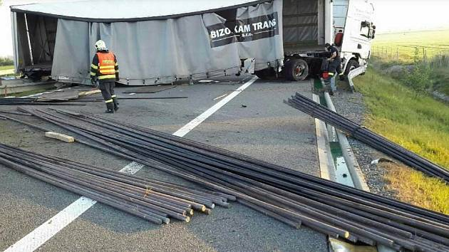 Nehoda kamionu na dálnici D1 mezi Hulínem a Přerovem