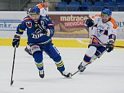 Hokejisté Přerova (v modrém) porazili doma Litoměřice 4:2. Tomáš Doležal uniká soupeři