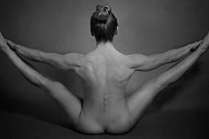 Přerovská fotografka Iveta Juchelková vystavuje své nevšední snímky v Galerii Konírna v Lipníku nad Bečvou. Expozice má  název Ženy v odstínech šedi.