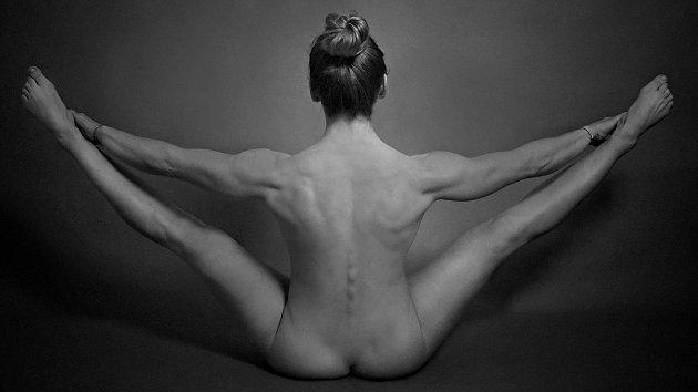 Přerovská fotografka Iveta Juchelková vystavuje své nevšední snímky vGalerii Konírna vLipníku nad Bečvou. Expozice má  název Ženy vodstínech šedi.