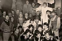 Populární Drdova pohádka Hrátky s čertem v podání ochotnického divadelního souboru Sokola Kokory v roce 1965. Na snímku Jana Teimera je mezi členy souboru pět někdejších předsedů či později starostů Sokola.