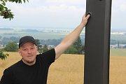 Čtyři metry vysoká kovaná plastika kříže z dílny uměleckého kováře Jiřího Jurdy ml., kterou ukotvili dělníci u lesíku na Švédských šancích, připomíná hrůzný masakr před třiasedmdesáti lety. (autor díla na snímku)