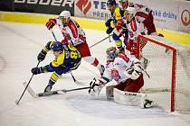 Hokejisté Přerova (v modrém) v prvním čtvttfinále play-off proti Porubě.