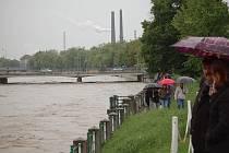Stoupající hladinu Bečvy v Přerově sledují v pondělí odpoledne zástupy lidí