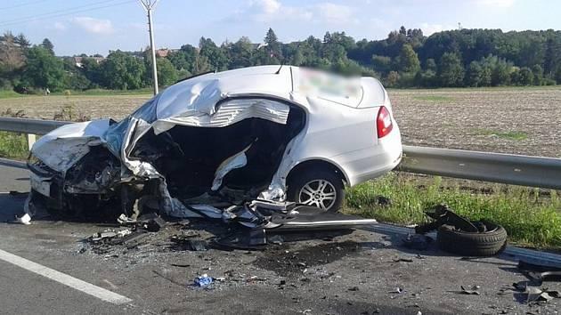 Řidič vozu Škoda Rapid při nehodě utrpěl mnohačetná poranění, kterým na místě podlehl. Dvaačtyřicetiletý šofér Škody Octavie byl letecky transportován do olomoucké Fakultní nemocnice.