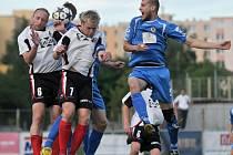 Fotbalisté Viktorie Přerov (v modrém) proti Valašskému Meziříčí