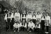 Žáci II. třídy Základní školy ve Stříteži nad Ludinou při obecní slavnosti roku 1967.