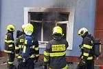 Hasiči likvidovali v pondělí požár dílny hračkářské firmy Noe v Lipníku nad Bečvou, kde se zrodila i slavná filmová postavička Kukyho. Firma v posledních týdnech přesedlala z výroby hraček na šití roušek.