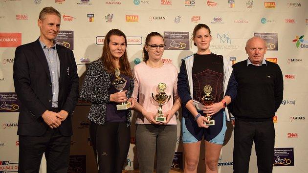 Kateřina Pivková (druhá zleva, vedle předsedy Českého veslařského svazu Dušana Macháčka) s pohárem za 2.místo v Českém poháru na trenažérech