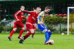 Fotbalisté FK Kozlovice (v modrožlutém) proti Ústí